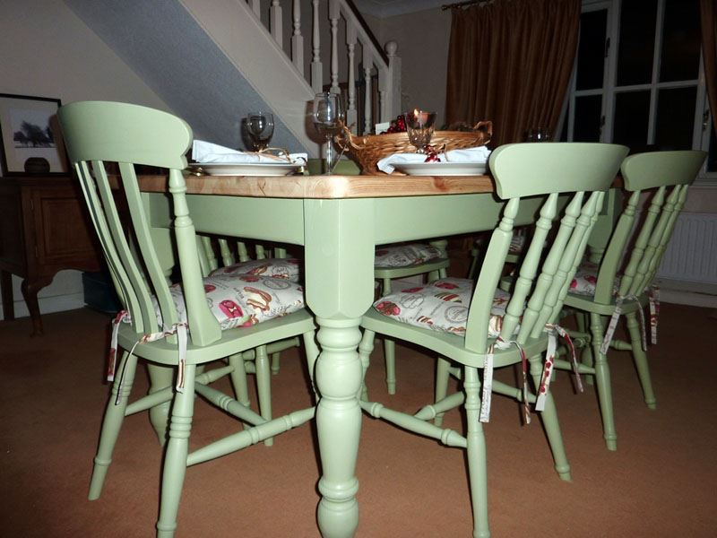 Pine farmhouse kitchen table with 6 chairs painted vintage for Painted kitchen chairs