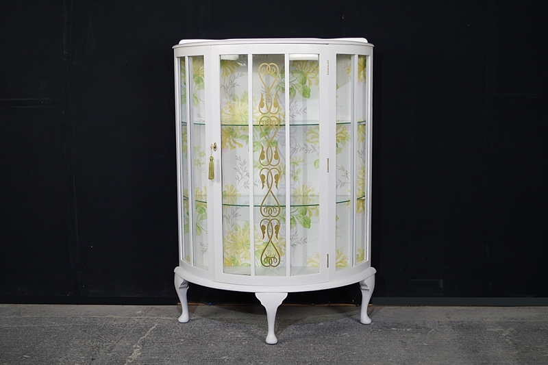 Picture of Vintage Display Cabinet in Pointing